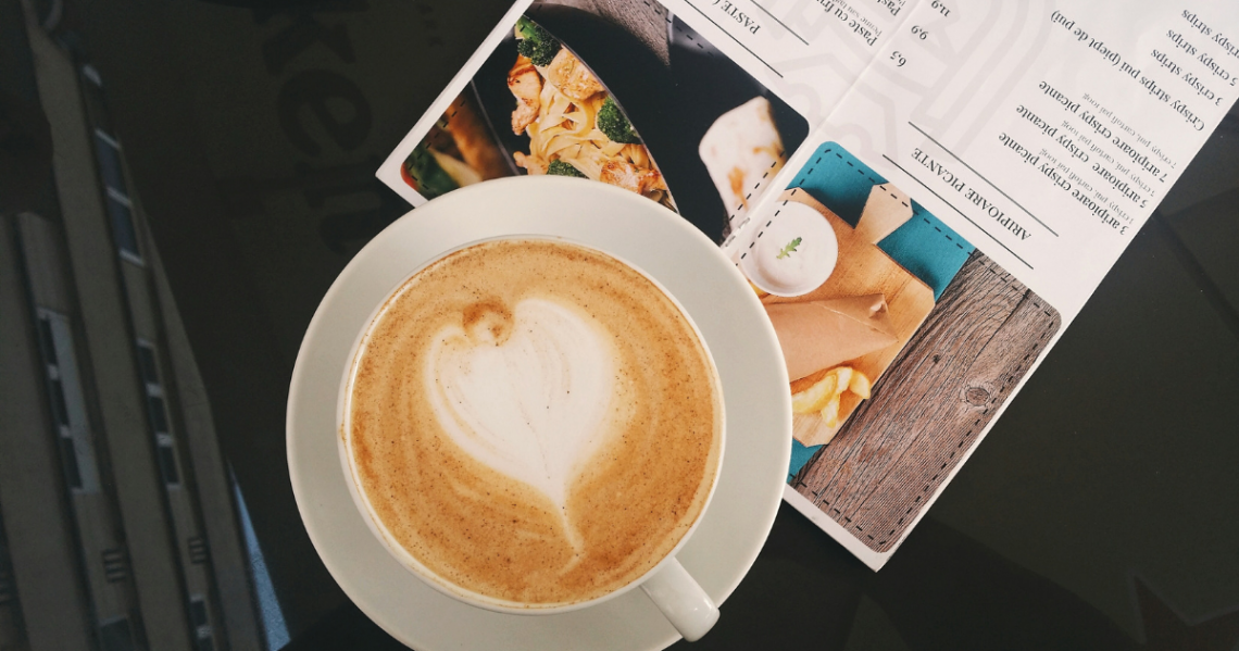 Фото кофе и меню на столе