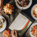 Ресторанное меню и еда на столе