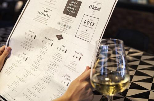 Ресторанное меню и вино на столе