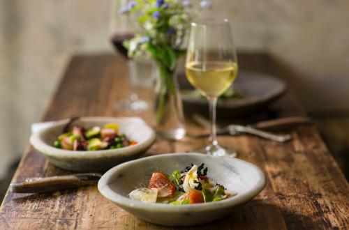 Тарелка с салатом и вино