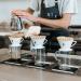 Мужчина делает кофе